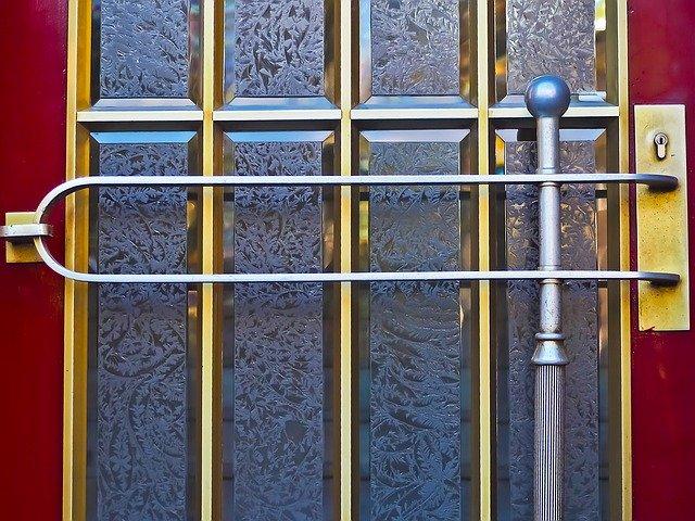 mříže na dveřích