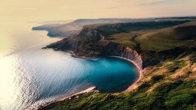 Morský záliv obklopený pohoriami a zeleňou.jpg