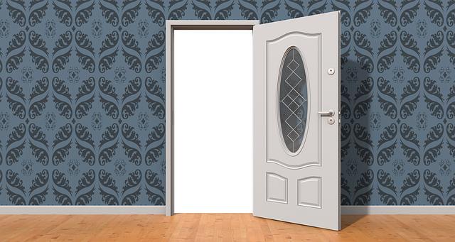 Biele dvere otvorené, modrá stena, miestnosť