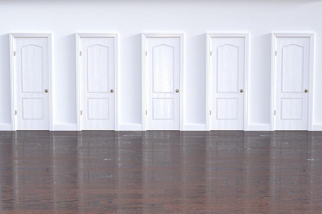 5 bielych dverí vedľa seba v interiéri