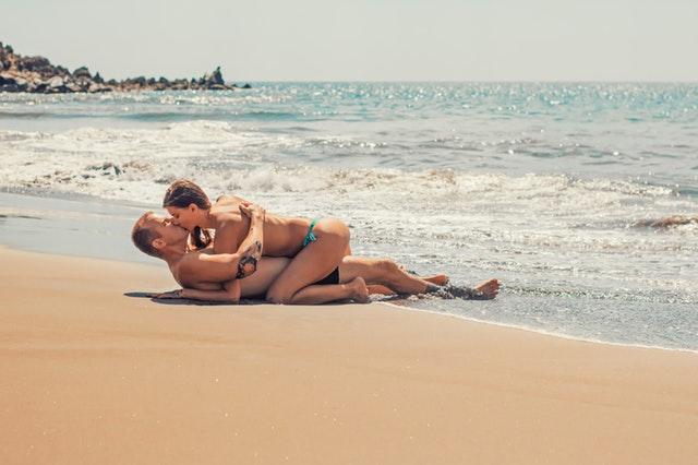 Muž a žena na pláži, romantika, predohra, sex, more