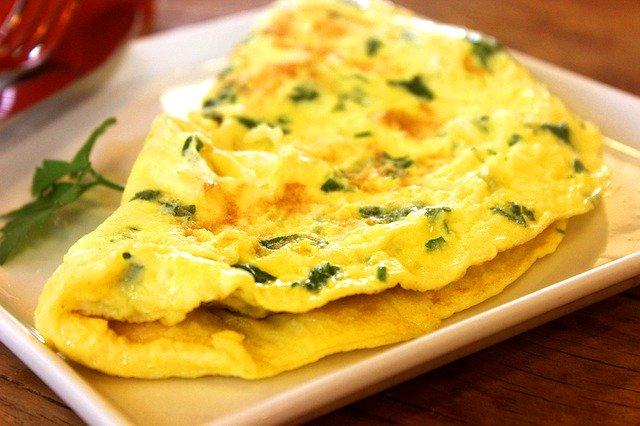 Žltá omeleta s bylinkami na tanieri.jpg